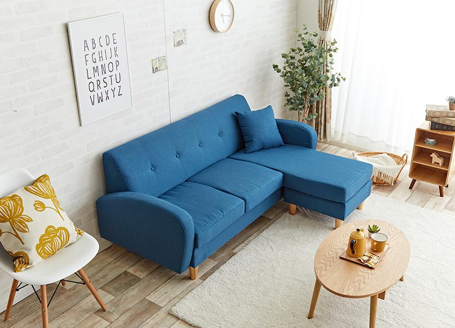 北欧カラーのカウチソファがお部屋全体を華やげます